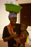 Angola - Luanda - woman with baby carrying large bowl on her head - mulher com bebé ao colo e alguidar na cabeça - images of Africa by F.Rigaud