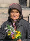 Bulgaria - Sofia: old lady selling flowers - photo by J.Kaman