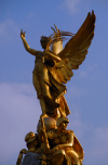 London: angel of Victory at Queen Victoria Memorial, Queen's Gardens, in front of Buckingham palace - sculptor Sir Thomas Brock - photo by M.Torres