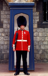 London, United Kingdom: The royal guards - sentry box, Buckingham palace - photo by B.Henry