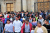 Ciudad de Guatemala / Guatemala city: the faithful leave the Metropolitan Cathedral after Sunday's Eucharist - 7a Avenida - Parque Central - Catedral metropolitana - photo by M.Torres