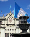 Ciudad de Guatemala / Guatemala city: fountain and flag on Parque Central, in front of the National Palace of Culture - photo by M.Torres