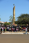 Bissau, Guinea Bissau / Guiné Bissau:  the colonial monument to the 'Effort of the Race' received a star and became dedicated to the 'Independence Heroes' - Amílcar Cabral av., Empire Square, Carnival, people watching the parade / Avenida Amilcar Cabral, carnaval - Monumento ao Esforço da Raça - photo by R.V.Lopes