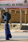 Guinea Bissau / Guiné Bissau - Bissau, Bissau Region: woman watching behind traffic sign, everyday life / Mulher observando, vida quotidiana - photo by R.V.Lopes