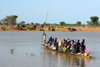 Djenné, Mopti Region, Mali: crowded local 'ferry' across the Bani river on market day - canoe - photo by J.Pemberton