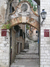 Montenegro - Crna Gora - Kotor: arch in the old town - stairs to the fortress - photo by J.Kaman