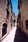 Montenegro - Crna Gora - Kotor: narrow street in old town of Kotor - UNESCO world heritage site - photo by M.Torres