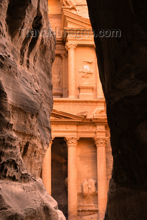 Jordan - Petra: walking to the Khazneh - end of the Siq - photo by M.Torres