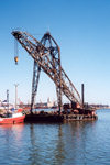 Uruguay - Montevideo: harbour - floating crane - photo by M.Torres