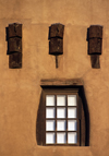 Santa Fé, New Mexico, USA: wooden beams and window - architectural detail - Museum of Fine Arts - Pueblo architecture - photo by C.Lovell