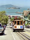 San Francisco (California): a tram climbs a hill - Alcatraz in the background  - tram line nr 19 - Powel and Market (photo by M.Bergsma)