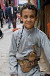 Sana'a / Sanaa, Yemen: boy with Jambiyya - with a jambiya at the waist - Arabian ceremonial dagger with a  short curved blade that is worn on a belt - the jambiyya identifies his clan - photo by J.Pemberton